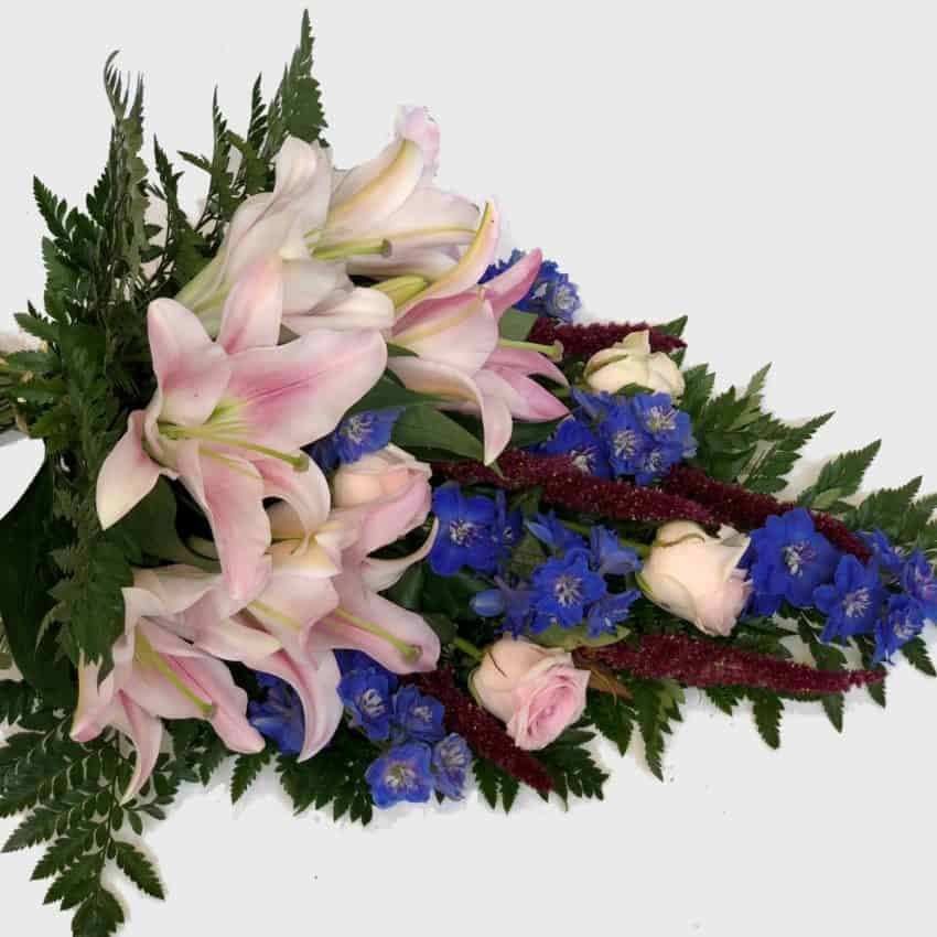 Send blomster med Design-Flower til én du holder af, eller til enhver anledning.Vi har 20 års erfaring indenfor blomsterbranchen, og er yderst kompetente, serviceminded og professionelle.Vi laver alt fra Unique variations buketter, til brudebuketter, almindelige buketter, bårebuketter med flere. Vi laver også alt i blomster til større arrangementer. Alt fra bryllup til konferencer samt begravelser med flere.For større arrangementer bedes du venligst kontakte os pr mail eller pr telefon senest 14 dage inden arrangementet.Vi har kun friske blomster og et stort og varieret udvalg i alverdens farver. Vores speciale er at sammensætte buketten nøjagtig som du ønsker det, og her får du mulighed for at sætte dit personlige præg på buketten.Vi har også et bredt sortiment af potteplanter, potter, dekorationer, blomstertilbehør og eventuelt vin og chokolade.Vi leverer årets 365 dage til døren i København og omegn, og ved bestilling inden kl 14, kan vi leverer samme dag.Send blomster med Design-Flower til én du holder af, eller til enhver anledning.